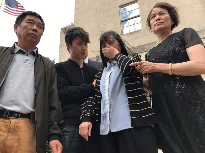 章榮高(左)、章新陽(左二)、葉麗鳳(右二)24日步出法庭,右一為一直協助章家的香檳居民林桂平。(特派員黃惠玲╱攝影)