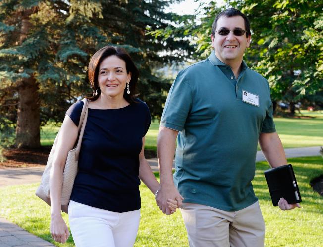 臉書營運長桑德柏格(左)的丈夫高德柏格(右)2015年在度假期間心臟病發而亡。圖為兩人2013年一起出席活動。(Getty Images)