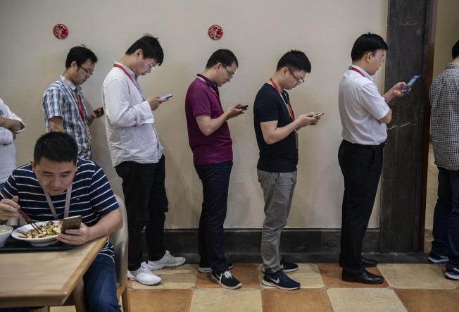 研究顯示, 年輕「低頭族」經常用手機,頭骨會生出角狀骨刺。(Getty Images)