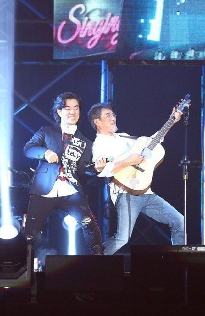 李宗盛(右)跟任賢齊同台飆歌。(圖:相信提供)
