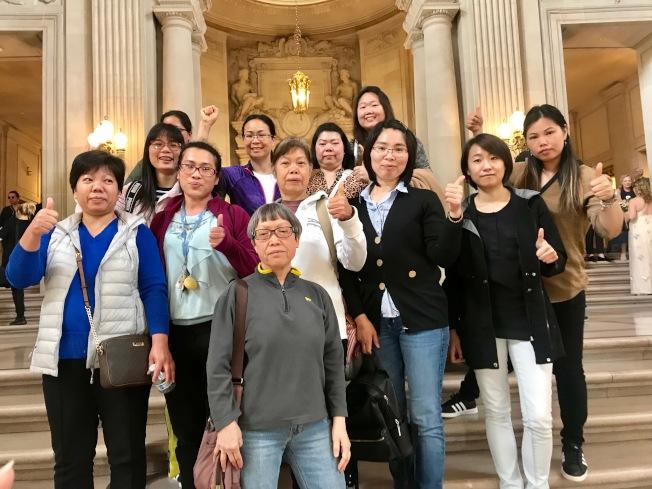華協中心和散房家庭團結會代表前往市議會發言。(記者黃少華/攝影)