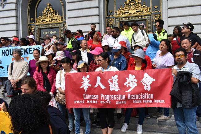 華人進步會在市府門前的集會,聲援散房家庭團結會。(記者黃少華/攝影)