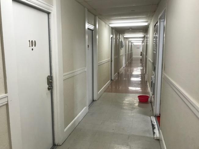 華埠散房公寓一條狹長的走道兩旁往往蝸居20戶以上的散房家庭住客。(記者黃少華/攝影)