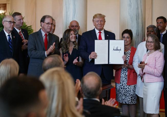 川普總統24日簽署行政令,要求醫院和醫生公布他們的服務費用,以及與保險公司協商的折扣費率。(美聯社)