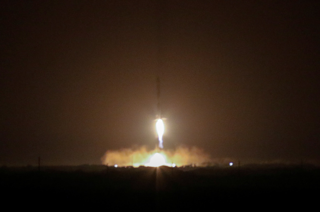 Space X 火箭攜帶福衛七號衛星由美國佛州甘迺迪太空中心發射升空。(路透)