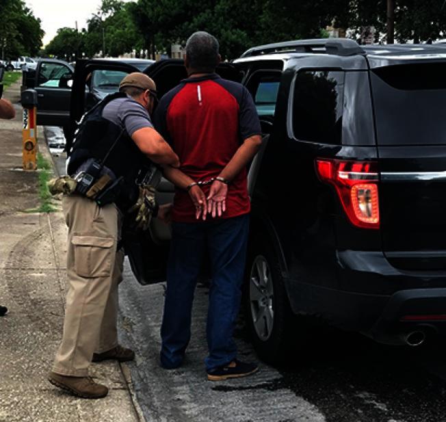 川普總統大舉遣返證移民行動暫延兩周。據報導全美各大城維權組織都在教導無證移民如何應對移民局探員。圖為ICE探員過去四天在德州南部逮捕54名重大犯行的無證移民。(ICE官網)