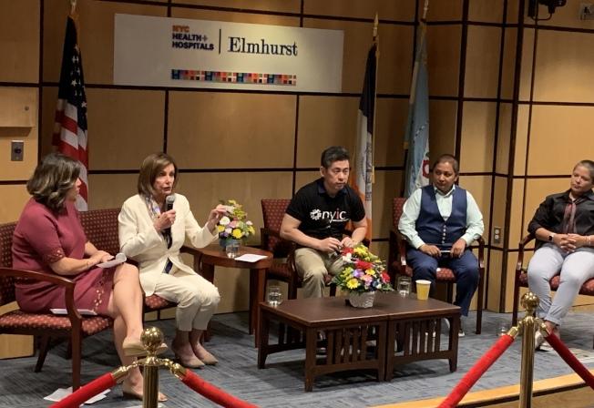 波洛西(左二)來到紐約皇后區與社區探討移民議題,多個移民團體代表參加,左一為孟昭文。(記者朱蕾/攝影)