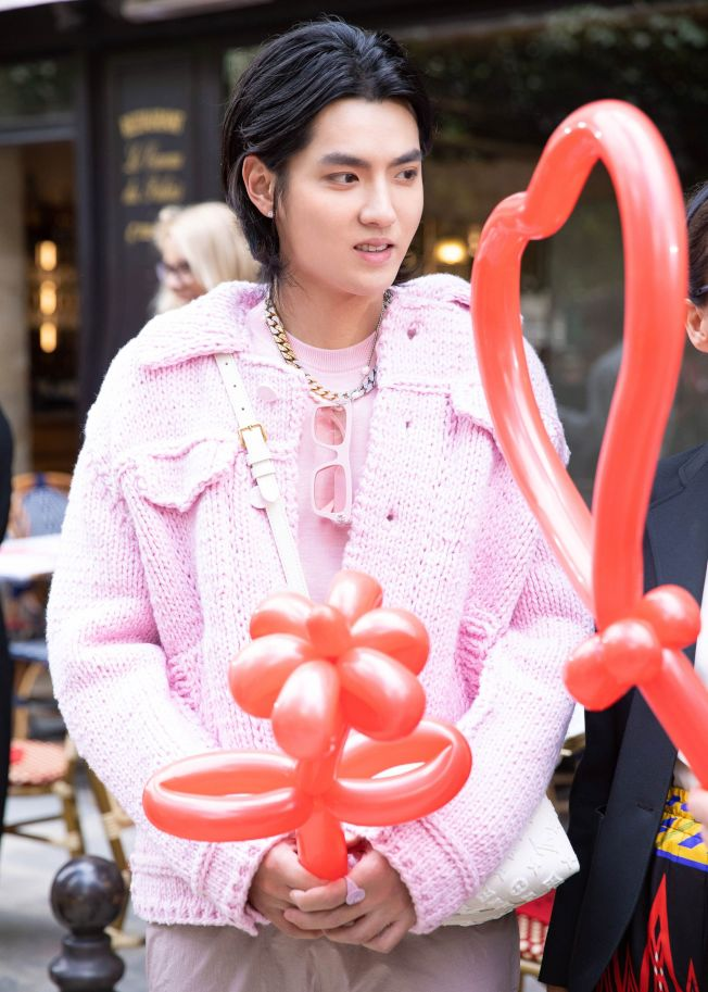 吳亦凡一身粉參加時裝秀,大方回應變胖事件。(取材自微博)
