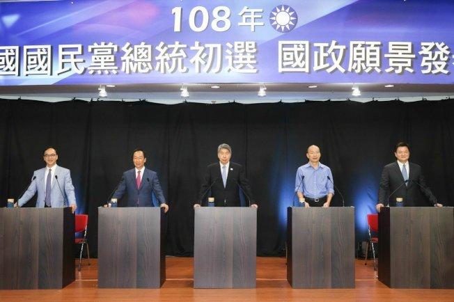 國民黨晚上在高雄舉辦總統初選國政願景電視發表會,開始前黨主席吳敦義與候選人朱立倫(左一)、郭台銘(左二)、張亞中(右三)、韓國瑜(右二)、周錫瑋(右一)互相握手致意。記者葉信菉/攝影