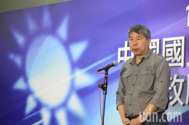 國民黨今天在高雄舉辦總統初選國政願景電視發表會,參選人張亞中步入會場。記者葉信菉/攝影