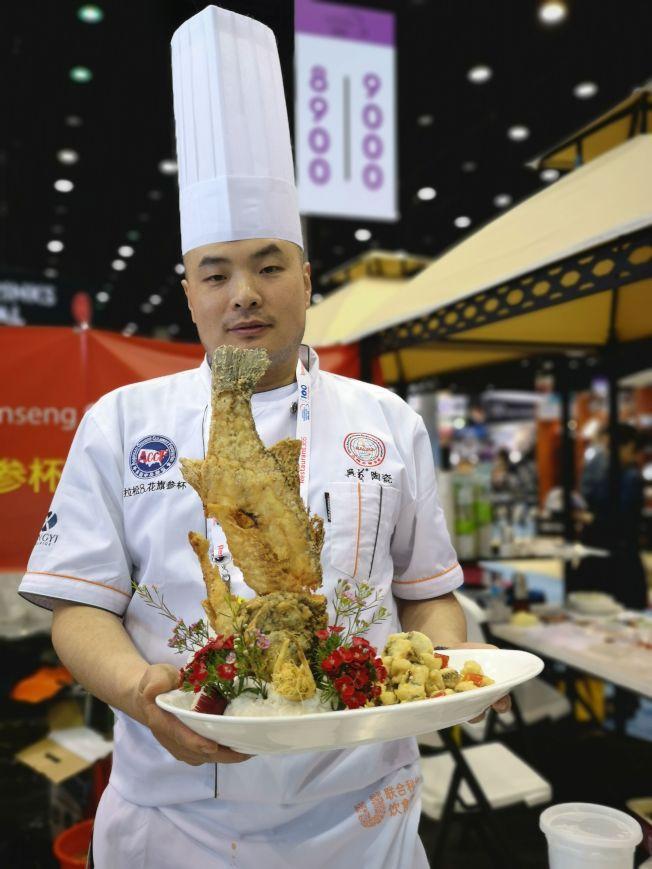 中國烹飪大師閆華現埸烹飪其中一款名為[火焰回鍋魚]在會埸中亮相。
