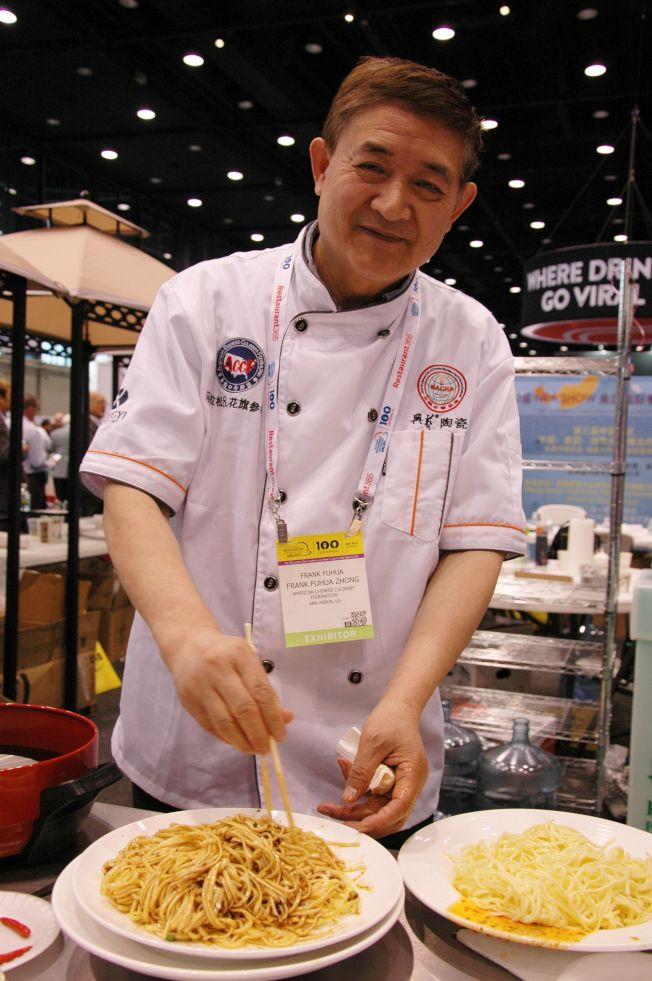 中國展區組委會主任鐘富華拌調川味涼麵,供遊人試食。
