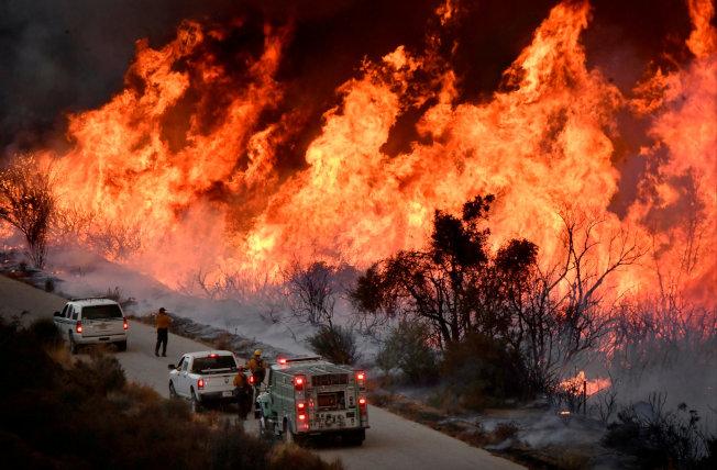 專家呼籲對氣候變遷採取具體行動,圖為2017年美國洛杉磯北方的野火。路透