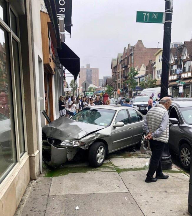 一輛汽車衝進森林小丘奧斯汀街上的一家拉麵店。(讀者提供)
