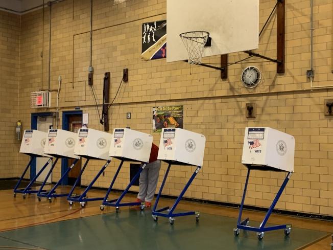 25日進行的民主黨內初選,是針對民事法院法官和皇后區地區檢察官的選舉,民眾可在晚9時前到各區投票站投票。(記者賴蕙榆/攝影)