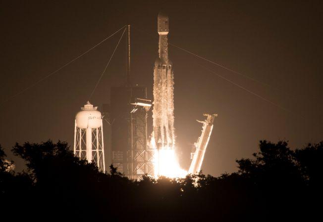 美國太空探索科技公司(SpaceX)今天在佛羅里達州的甘迺迪太空中心發射獵鷹重型火箭,搭載包括台灣福衛七號在內共24枚實驗衛星。Getty Images
