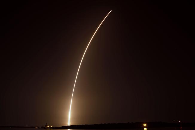 美國太空探索科技公司(SpaceX)今天在佛羅里達州的甘迺迪太空中心發射獵鷹重型火箭,搭載包括台灣福衛七號在內共24枚實驗衛星。美聯社