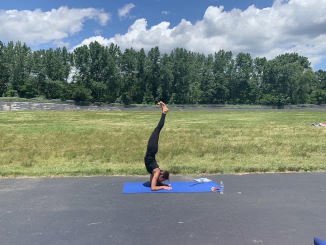 瑜珈老師日前在社區日免費教導民眾練習瑜珈。(記者牟蘭/攝影)