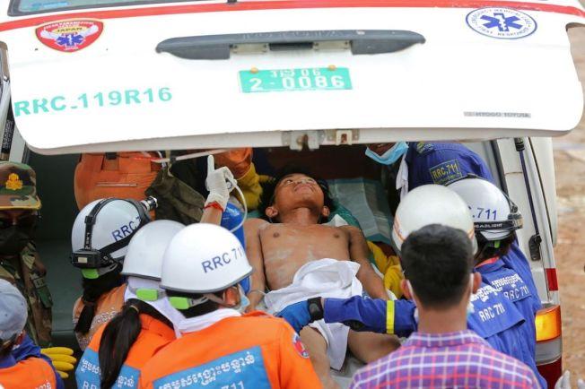 事發之後,柬埔寨上下也全力動員,試圖在黃金72小時內救出受困工人。但由於事故狀態過於慘,直到25日上午為止,已知至少28人死亡、24人重傷,瓦礫堆下恐仍有數量不明的罹難者等待挖掘。 圖/美聯社