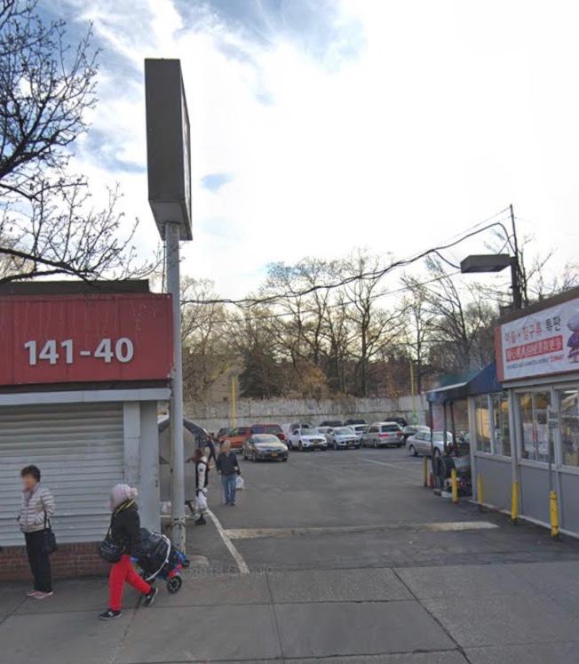 亞裔男子及其友人25日凌晨在法拉盛超市停車場販售大麻,遭亞裔買毒者拒絕付款、開槍搶奪毒品。(截自谷歌地圖)