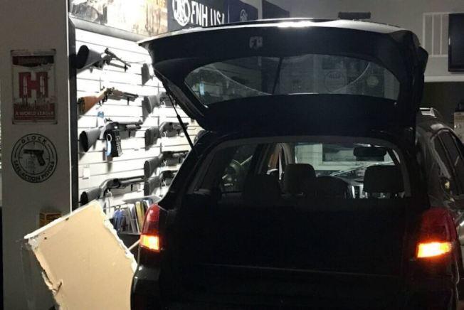 洛克維爾市的「聯合槍店」13日清晨被一輛黑車撞入行搶。(警方提供)