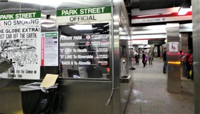 州長貝克宣布將積極採取夜間和周末關閉車站等措施,以加速地鐵建設和維修。(記者唐嘉麗/攝影)