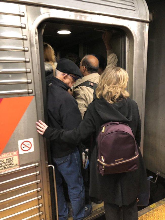火車司機拒加班,通勤擁擠情況惡化。(取自社交網站)
