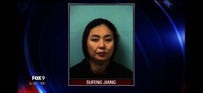 蔣素鳳因涉嫌經營賣淫場所、參與人口販運及仲介賣淫被逮捕,後移送檢方法辦。(截取自FOX9視頻)