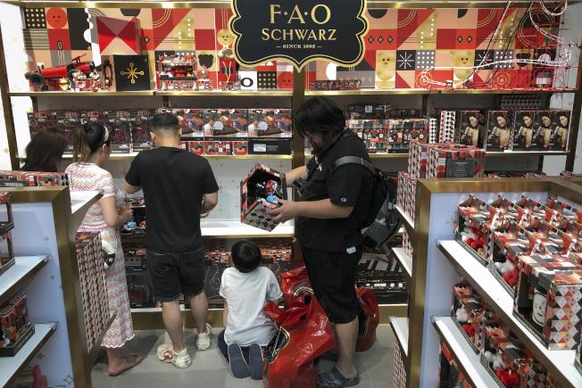 報導指中國民眾消費力減低。圖為北京一家購物超市。(美聯社)