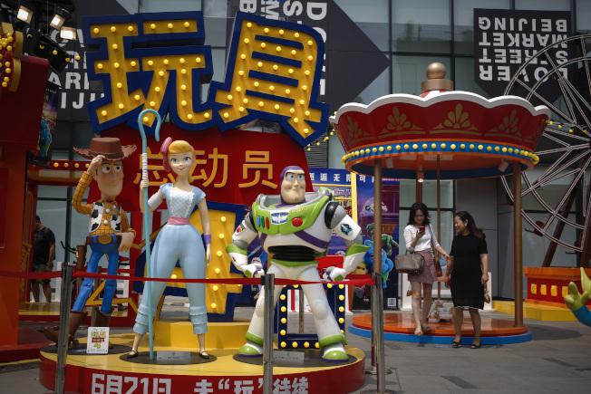 報導指中國民眾消費力減低。圖為北京一家商店正出售當季最新的玩具。(美聯社)