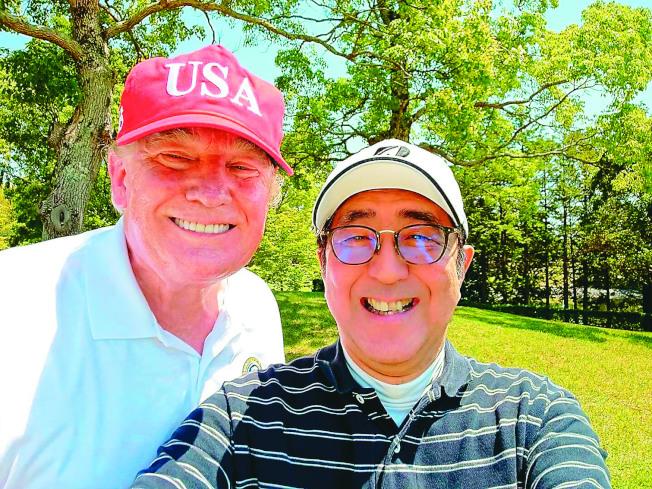美國總統川普(左)今年5月赴日本訪問,與日相安倍晉三(右)開心自拍。(Getty Images)