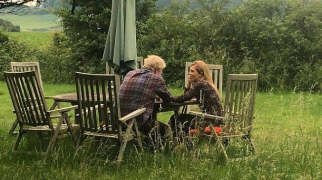 英國多間傳媒23日刊登強生跟女友席孟茲的溫馨照片,惹起公關伎倆揣測。(取材自每日郵報)
