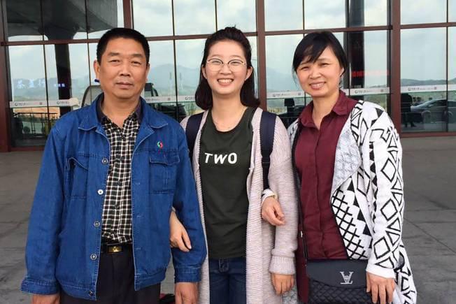 章瑩穎(中)在出國前與父母親於家鄉南平的車站前合影。(美聯社)