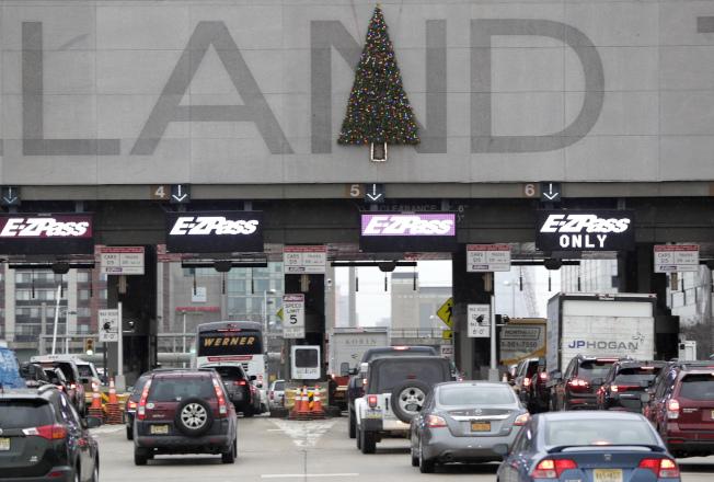 紐新航港局將從2020年1月5日起取消過路費共乘折扣,圖為連結紐約市和新澤西州的荷蘭隧道。(美聯社)