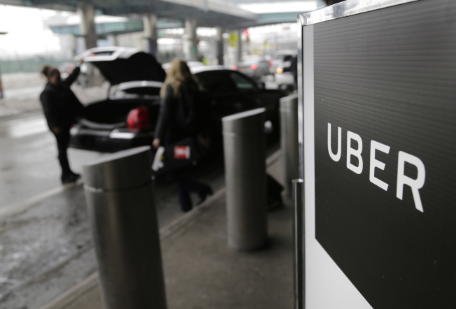紐新航港局將調漲橋樑和隧道的過橋和過路費,進出機場的計程車和電召車也要加收額外費用。圖為到機場接送旅客的Uber和Lyft電召車。(美聯社)