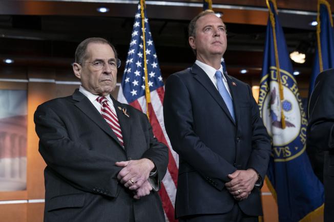 眾院司法委員會主席納德勒(左)與情報委員會主席謝安達(右),25日雙雙發出傳票,傳前特檢官穆勒出席作證,說明川普總統是否有妨礙司法。(Getty Images)