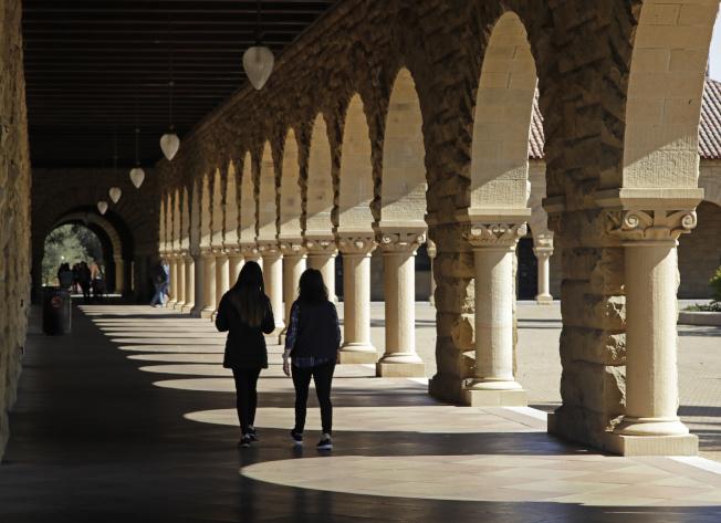 許多美國學生藉由打工、申請獎學金或向父母求助以增加收入。圖為史丹福大學校園。(美聯社)