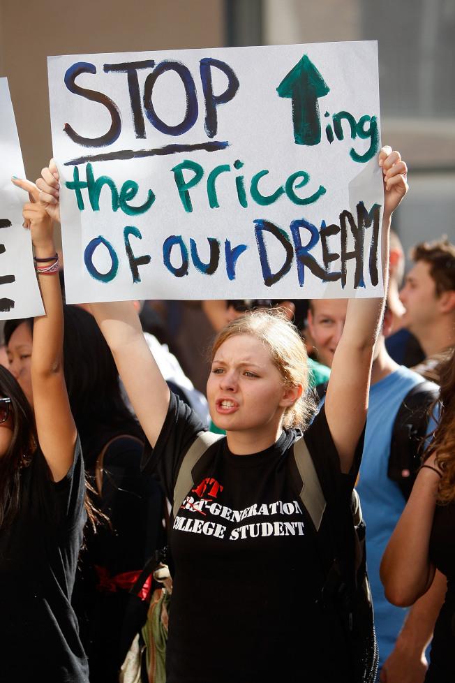 加州大學洛杉磯分校(UCLA)學生曾走上街頭,抗議學費調漲。(Getty Images)