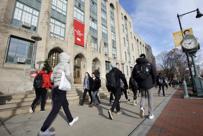 申請大學貸款應優先考慮聯邦貸款,因它的條款對借款人較為友善。圖為波士頓大學學生一棟校舍。(美聯社)