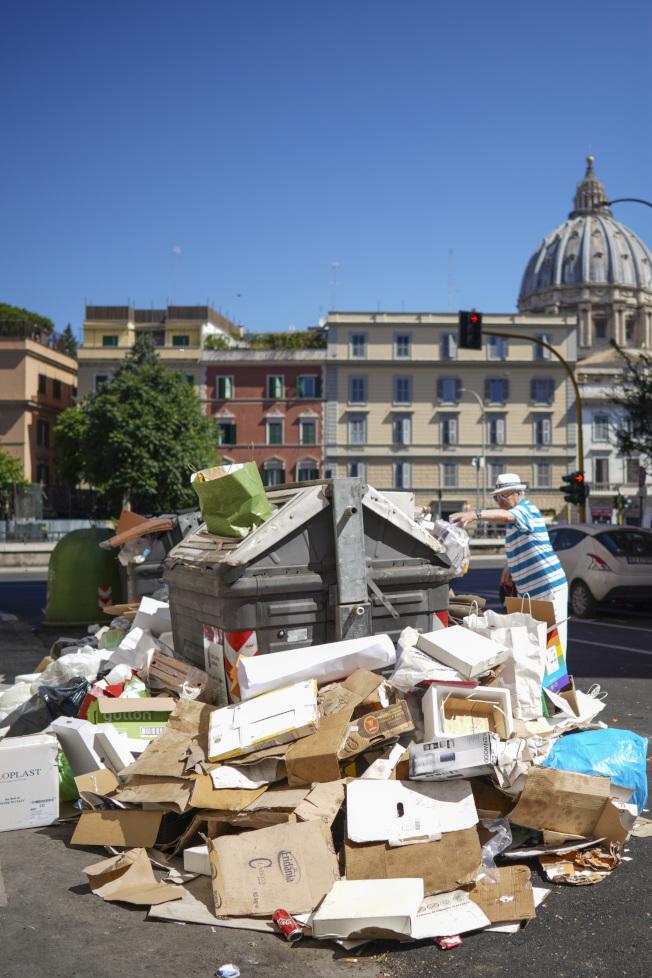 羅馬垃圾滿到炸出桶外。美聯社
