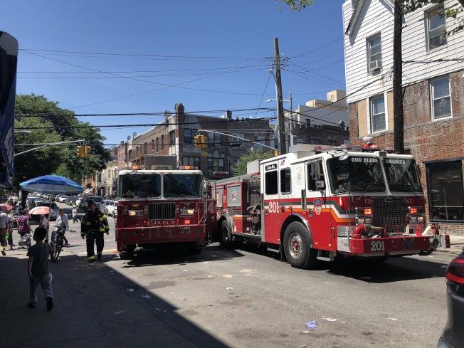 8大道傳來人孔蓋爆炸意外,多輛消防車相繼抵達。(記者顏潔恩/攝影)