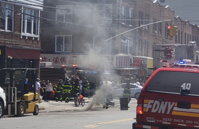 8大道一處人孔蓋發生爆炸意外,刺鼻濃煙傳至周邊地區。(讀者提供)