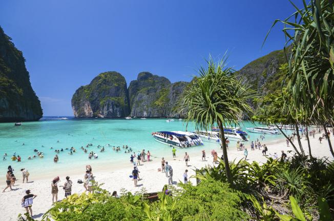 全球許多知名景點已因人潮太多,設下旅遊限制,圖為目前關閉到2021年的泰國瑪雅灣。美聯社