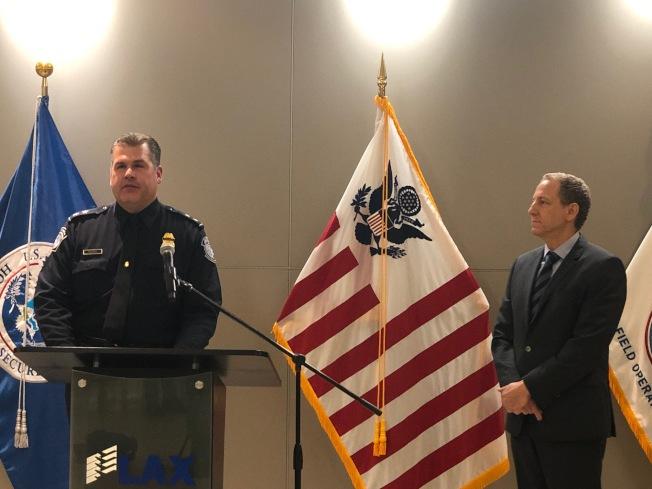 CBP的發言人Donald R. Kusser(左)。(記者張宏/攝影)