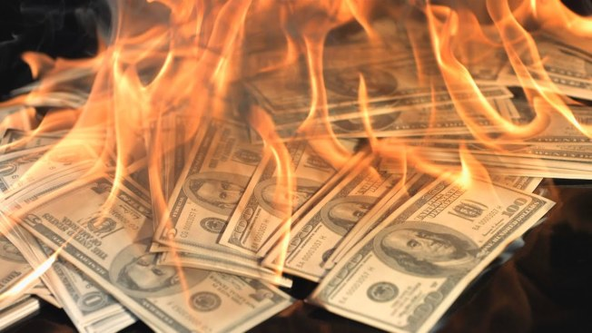 投資理財專家迪利安的省錢看法很獨到,他認為「買全新汽車、並向銀行付出大筆利息,這和拿出4萬元然後在七年燒光,有什麼兩樣?」(取自YouTube)