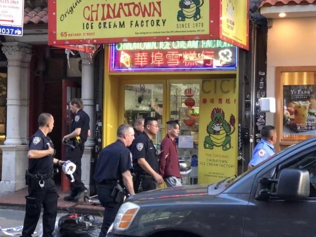 華男在警方的護送下,被送至附近醫院做精神評估。(記者顏嘉瑩╱攝影)