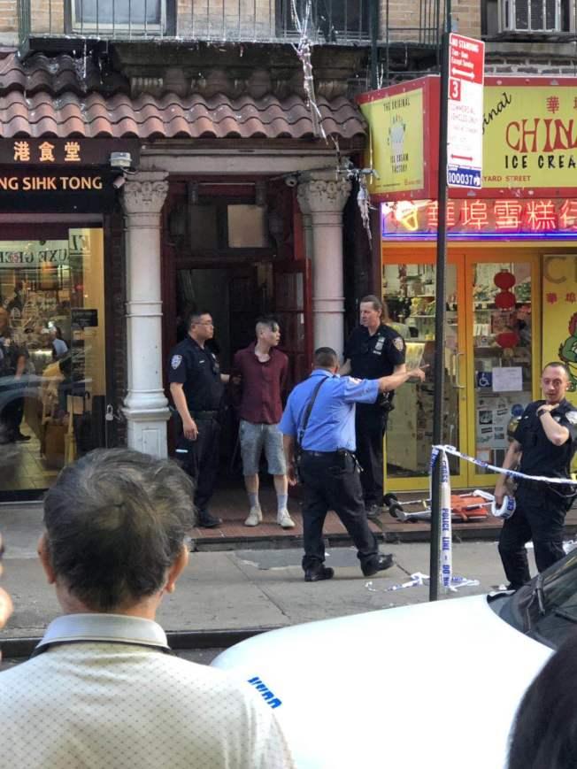 華男在警方的護送下,被送至附近醫院做精神評估。(讀者提供)