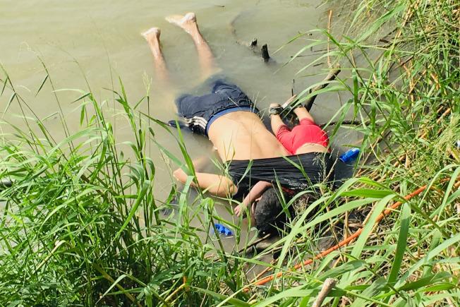 美墨邊界23日發生一場慘劇。來自中美洲薩爾瓦多的無證移民拉米雷斯與2歲的幼女薇樂莉亞,試圖從墨境渡過葛蘭德河到德州布朗士維爾鎮時,溺斃河中, 一天後父女屍體浮現岸邊。推斷父親是把幼女揹在背上,並用T恤包住,試圖安全渡河。(美聯社)
