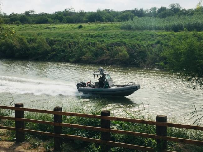 美巡邊人員乘快艇巡視美墨邊界的Rio Grande大河,監視冒險偷渡的無證移民。(美聯社)