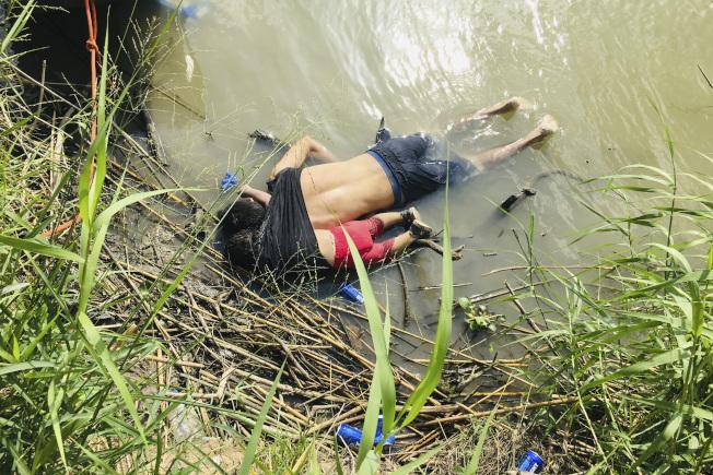 美墨邊界23日發生一場慘劇。薩爾瓦多男子帶著幼女企圖偷渡進入美國,卻在美墨之間的葛蘭德河溺斃的照片,已引起全球同情和憤慨。(美聯社)